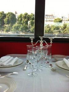 Huwelijksaanzoek Parijs op de boot: romantisch. Hier een foto van de plek waar jullie zitten. :)