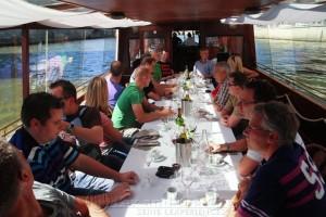 Foto van de lunch van een groep op de privé boot voor 20-30 personen op de Seine.