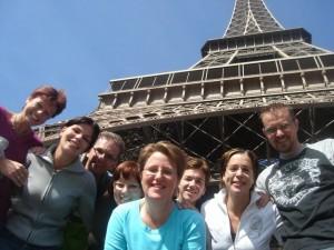 Groep bij Eiffeltoren voor de backstage