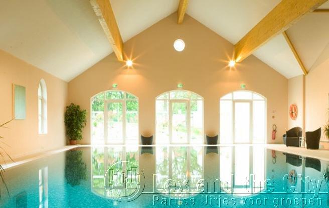Kasteel met zwembad voor incentives in parijs foto james bond thema