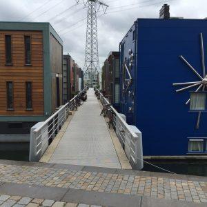 Drijvende woningen op het Steigereiland op IJburg tijdens een fietstour met Lex and the City
