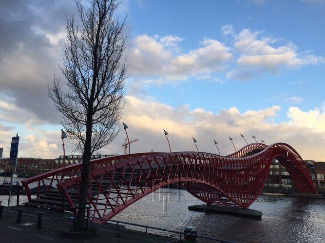 Foto van de Pyton brug in Amsterdam Oost. Lex and the City organiseert een tour hier; in het Oostelijk Havengebied.