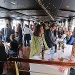 Staand netwerkevent op de Seine in Parijs met wijnproeverij