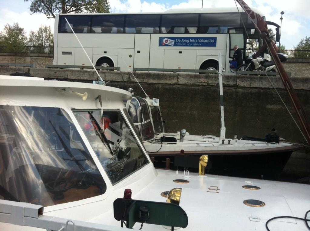 Touringcar parkeren aan de kade voor de boot aan de Seine gratis