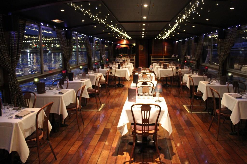 Avondje uit in Parijs op uw eigen boot met diner, dance en DJ