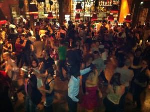 Avondje uit in Parijs in Barrio Latino, Salsa tijdens het vrijgezellenfeest