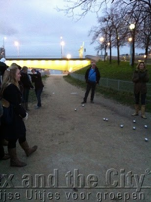 Jeux de Boules bij Eiffeltoren met groep jonge mensen uit Vlaanderen