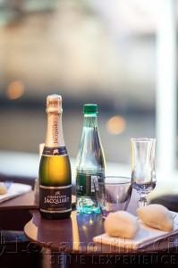 Foto van aanzoek arrangement in de lichtstad op de seine met champagne