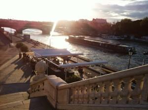Het wordt nu echt gezellig in Parijs langs de Seine; en wat een uitzicht. :)