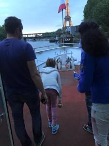 Jeu de Boules op het terras van de rondvaartboot met uitzicht op La Tour Eiffel