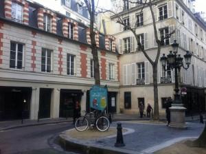Saint-Germain des Pres Place Fuerstenberg met groepen in Parijs