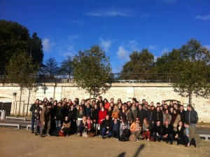 Deze afbeelding laat een blije Lex and the City groep zien in Parijs na afloop van hun wijnproeverij. :)