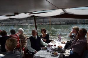 Foto van een eigen boot op de Seine tijdens een bedrijfsuitje; met Lex and the City