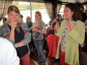 Wijnproeverij op de boot met sommelier Ariane voor de groep