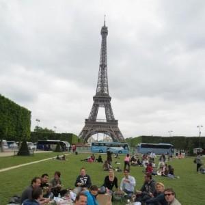 Picknicken-naast-de-Eiffeltoren-Parc-Champs-de-mars-met-uw-groep-bedrijfsuitje-1-juni-2012-300x300