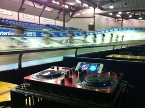 DJ Lextase in het Velodrome tijdens recordpoging met opzwepende muziek