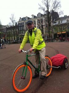 Fietskoerier Amsterdam Lex van Buuren met fakie fixie en cyclone in de Pijp in Amsterdam op weg voor winkels