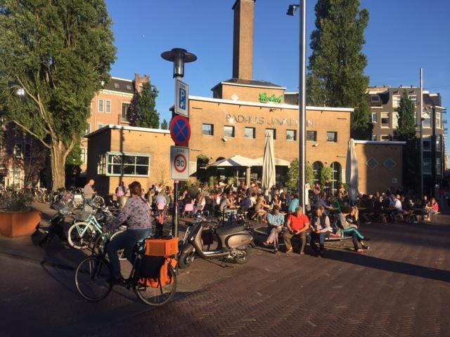 Een groepswandeling door de Indische Buurt bevat het Badhuis aan het Javaplein. Hier bevindt zich ook restaurant de Wilde Zwijnen.