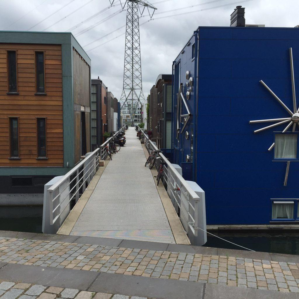 Drijvende woningen op het Steigereiland op IJburg tijdens een fietstour met Lex and the City - onbekend amsterdam