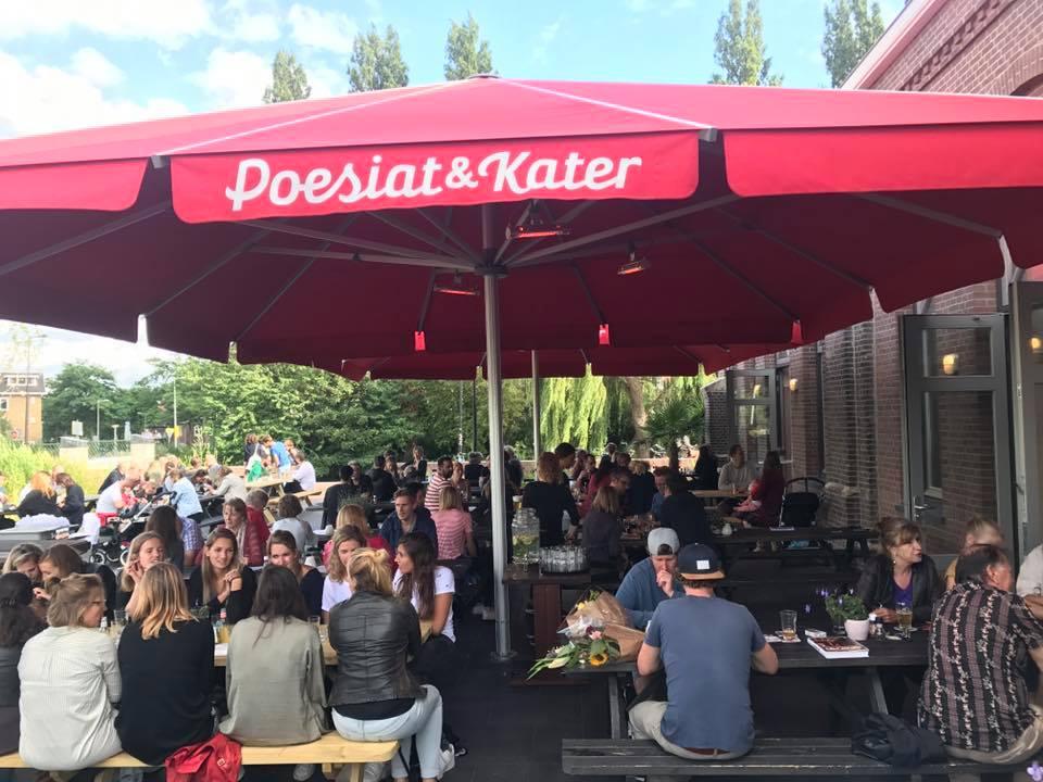 Gezellig op get grote terras in Amsterdam Oost bij Poesiat en Kater - Groepsuitje proeverij met Lex and the City