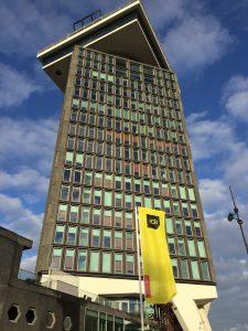 """De foto is van de A'dam Toren en heet """"hoger"""". Hij is gemaakt door Lex van Buuren. Wil jij hoger bij Google, vraag dan SEO coach Amsterdam """"Lexposure"""" om een out of the box link earning aanpak. Afspreken kan zelfs lekker hoog, in de A'dam Toren in Amsterdam-Noord."""
