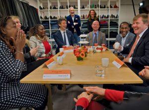 Lex van Buuren als vrijwilliger van Dress for Success en het Oranjefonds aan tafel met Koning Willem-Alexander in Amsterdam januari 2018