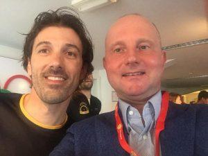 Lex van Buuren maakt een selfie met ex-wielrenner Fabian Cancellara. Laatstgenoemde was in het Olympisch Stadion om Zwitserland fietsland te promoten.