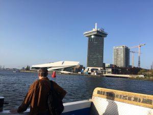 Amsterdam-Noord in beeld met het EYE Filmmuseum en de ADAM Toren. Start van de rondleiding op de step van Lex and the City