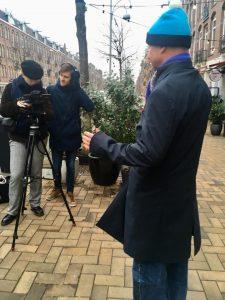 Lex van Buuren als lokale verhalenverteller in Amsterdam Oost. Hij praat hier voor de camera over gentrificatie in De Indische Buurt.