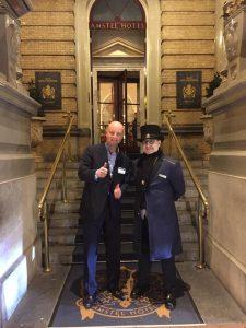 Lex van Buuren als assistent host in het Amstel Hotel. Graag wil hij terugkeren hier met privé rondleidingen amsterdam.