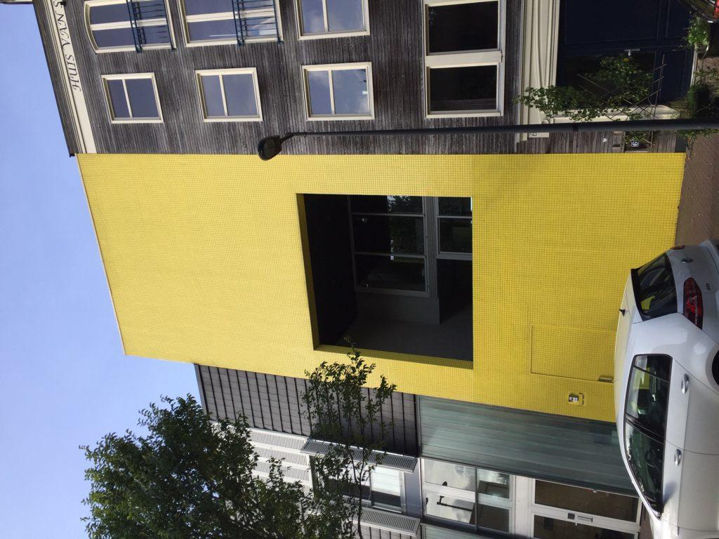 Architectuur op IJburg Steigereiland: het gele huis, zelfbouw. Tijdens rondleiding van Lex and the City privetours