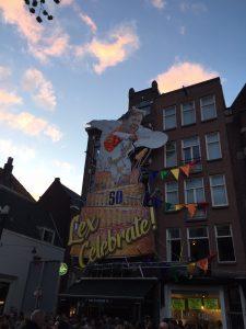 Als onderdeel van de privé wandeling in de Jordaan Amsterdam komen we ook langs de Blaffende Vis. De Blaffende Vis in Amsterdam viert de 50e verjaardag van Wim-Lex en Lex van Buuren van Lex and the City fotografeert het op Koningsnacht.