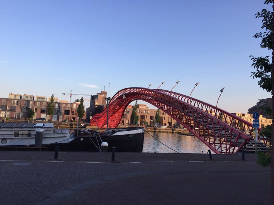 De Python brug is het icoon van het Oostelijk Havengebied. En dit is een plek voor een fietsuitje of een privé wandeling van 1 uur na aankomst met de lokale privé gids Amsterdam Lex van Buuren