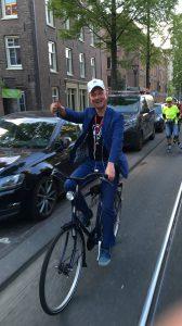 Lex van Buuren, sportieve verhalenverteller van Amsterdam Oost ontmoet inline skaters van de Friday Night Skate.