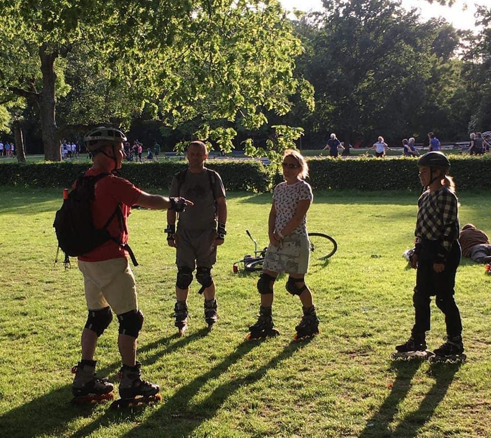 Inline skateles in het Vondelpark met als doel goed te leren remmen.