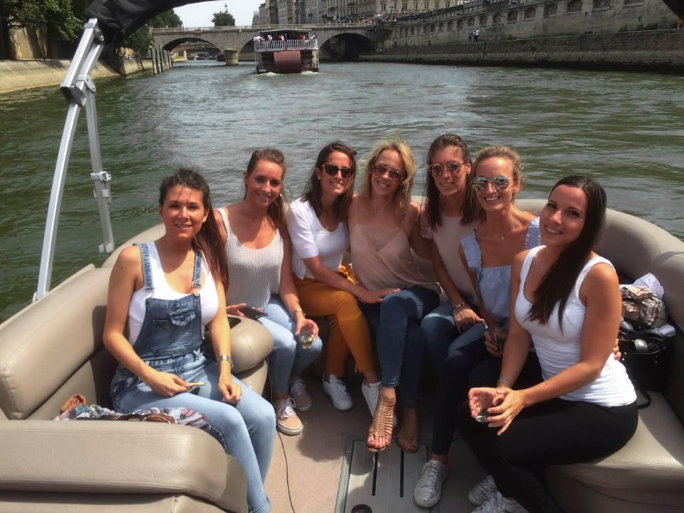 Meidenuitje in Parijs, bijvoorbeeld een vrijgezellenuitje, op een bootje op de Seine met Lex and the City