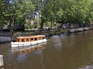 Boat tour for groups with a Frenchspeaking tour guide on the canals and rivers of Amsterdam