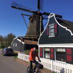 Op weg met de fiets naar de Zaanse Schans. Strak blauwe lucht.
