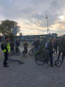 Amsterdam-Noord op de step. Lokale privé gids Lex van Buuren van Lex and the City met de groep voor Café de Pont. Oktober 2019.