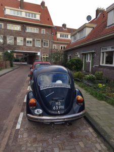 14 straatjes in Betondorp - Gegidste wandeling in de wijk waar Johan Cruyff is opgegroeid - Oude kever in de straat