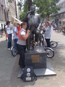 Rondleiding door de Pijp op wielen: steppen, fietsen of inline skaten. Ook langs het standbeeld van André Hazes in de Albert Cuypstraat met Lex and the City. (zie deze foto van Lex)