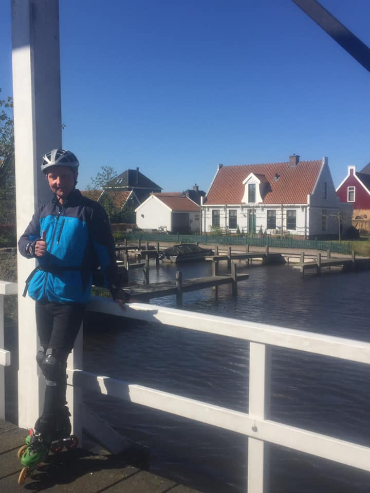 Scenic Landsmeer trail with beautiful houses - Tour guide Lex van Buuren tells the story while biking or skating to the Zaanse Schans