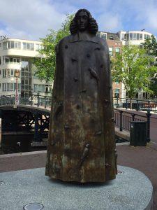 Spinoza is onderwerp van gesprek tijdens de fietstour met gids van Lex and the City in Amsterdam