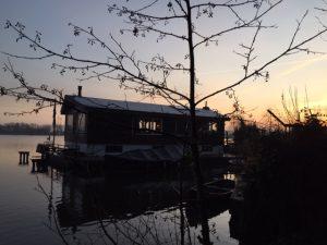 Villa op het water tijdens special interest rondleiding in Amsterdam Oost - Indische Buurt - Flevopark- Lex and the City tours