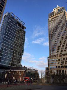 Bijzondere rondleiding Amsterdam - Met 2 bekende Nederlanders uit het verleden met hun eigen gebouw. Links het Philips gebouw en rechts de Rembrandttoren