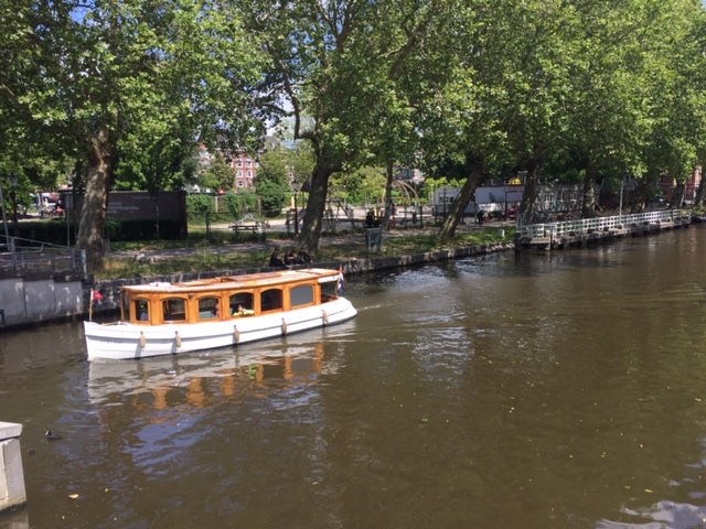 Varen met privé-boot rond de Pijp - Rondleiding Lex and the City Amsterdam