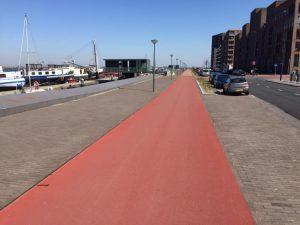 Skeeleren op Amsterdam IJburg tijdens de Coronacrisis - Diepe rode skate piste en voor jezelf - skateleraar Lex and the City is fotograaf.