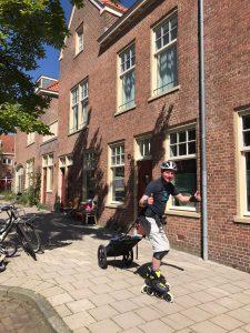 Lex van Buuren is skateleraar en skate-bezorger in Amsterdam tijdens Coronacrisis.