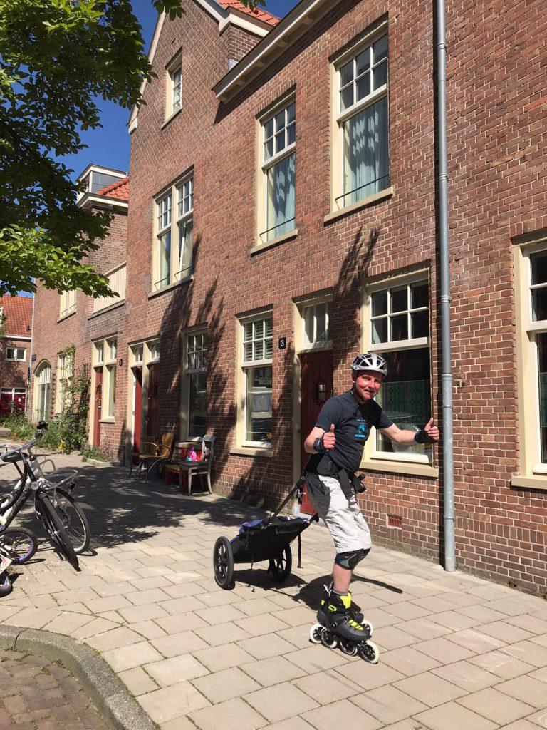 Lex van Buuren als skate-bezorger in Amsterdam tijdens Coronacrisis. Apotheken en winkels bezorgingen. Met Rollerblade Maxxum125 3WD en Wheelie