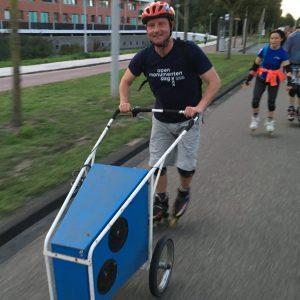 Lex van Buuren is privé skate-leraar en skate-koerier in Amsterdam in Coronavirus crisistijd. Op de foto vrijwilliger FNS mobiele skate DJ